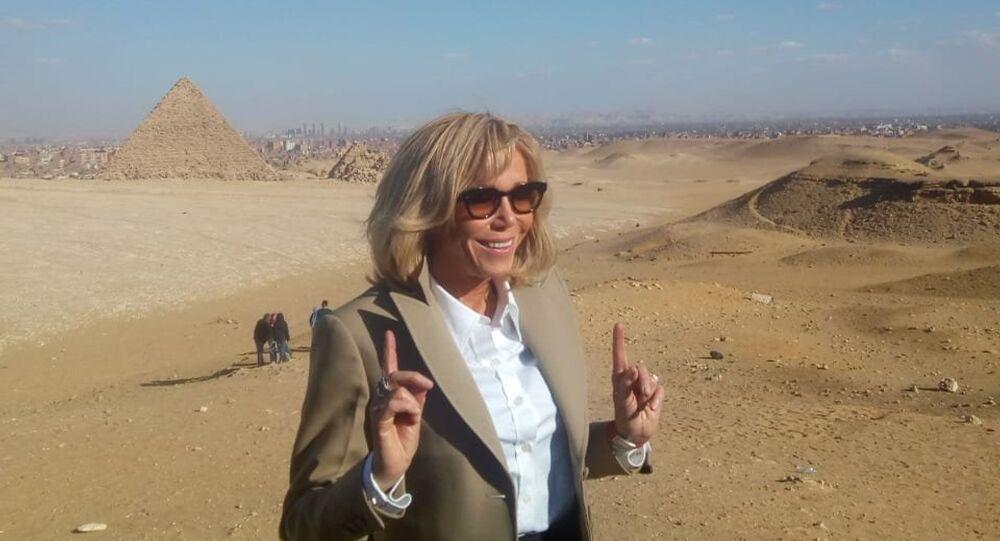 بريجيت ماكرون أمام أهرامات الجيزة في العاصمة المصرية القاهرة، 28 يناير/كانون الثاني 2019