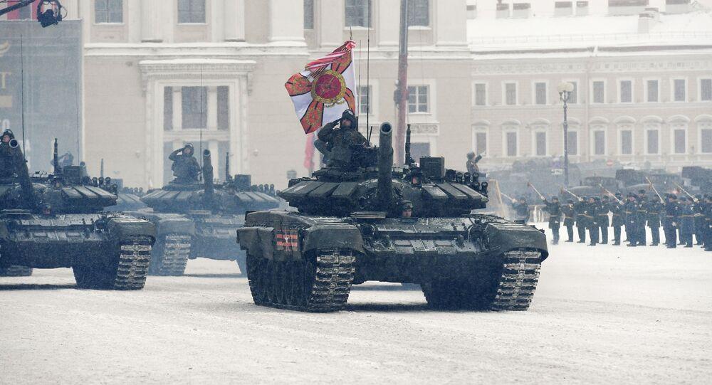 العرض العسكري بمناسبة مرور الذكرى الـ 75 لكسر حصار لينينغراد في عام 1943 في فترة الحرب الوطنية العظمى (1941-1945) - الدبابة تي-72 بي 3