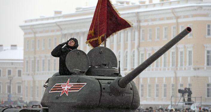 العرض العسكري بمناسبة مرور الذكرى الـ 75 لكسر حصار لينينغراد في عام 1943 في فترة الحرب الوطنية العظمى (1941-1945) - الدبابة تي-34-85