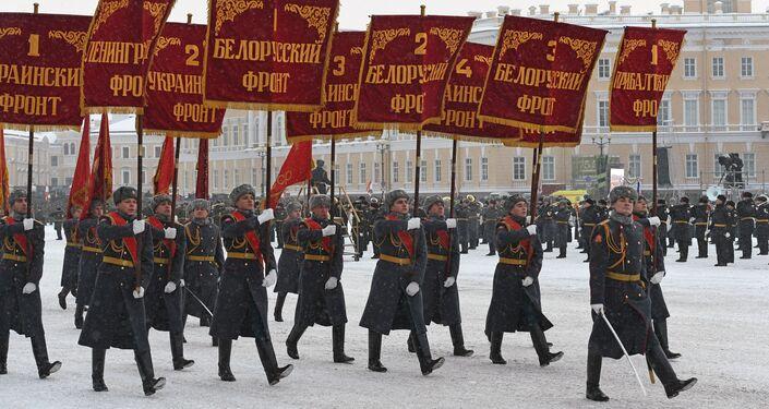 العرض العسكري بمناسبة مرور الذكرى الـ 75 لكسر حصار لينينغراد في عام 1943 في فترة الحرب الوطنية العظمى (1941-1945)