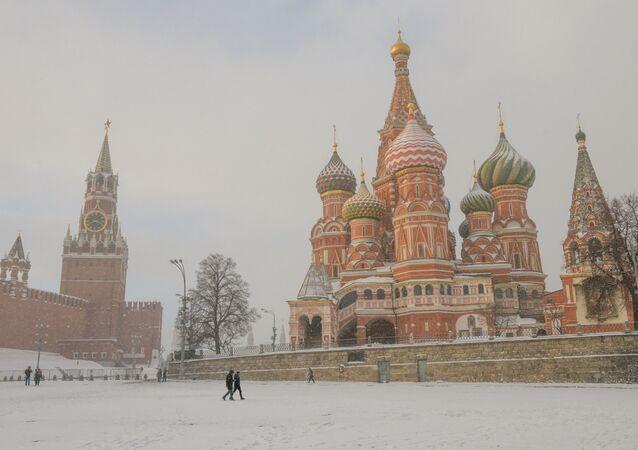 مشهد لكتدرائية  القديس باسيل على الساحة الحمراء أثناء تساقط الثلوج في موسكو، 21 يناير/ كانون الثاني 2019
