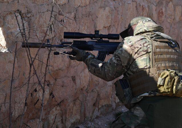 مرشد، خبير عسكري روسي مع الدفاع الوطني السوري في مواقع قتالية معاكسة لـ جبهة النصرة في ريف حلب، سوريا يناير/ كانون الثاني 2019