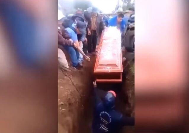 بالفيديو.. رجل يسقط في قبر ويحطم التابوت