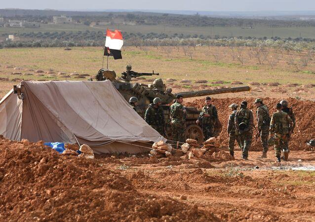 جنود الجيش العربي السوري خلال مناورات في مواقع خطوط الهجوم الأمامية في حي مدينة منبج في محافظة حلب، سوريا