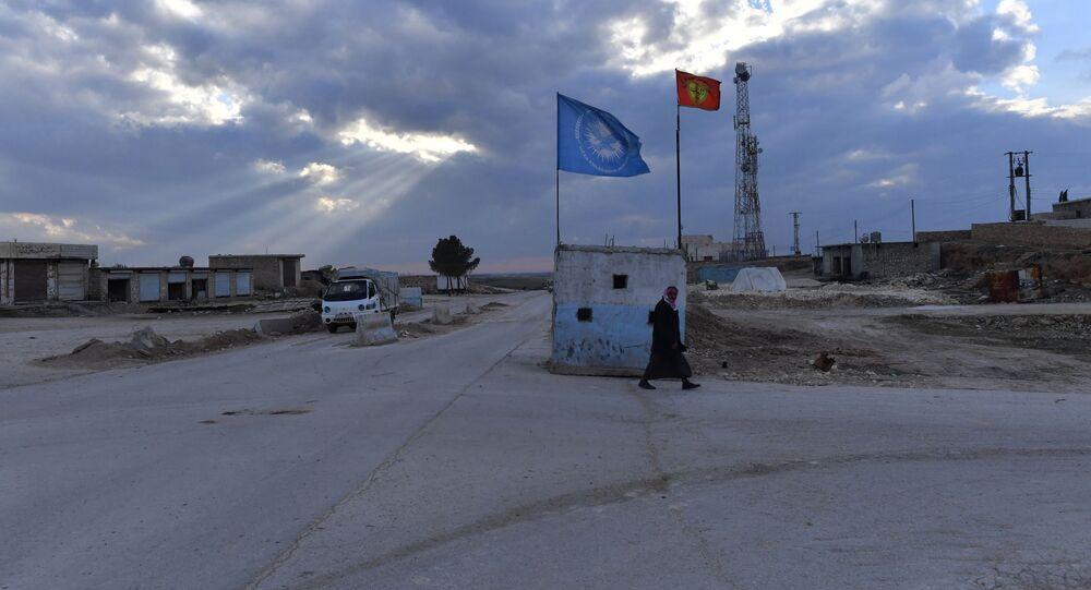 نقطة تفتيش القوات المسلحة الكردية شمال غرب مدينة منبج في محافظة حلب، سوريا