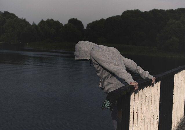 مرهق يقدم على الانتحار