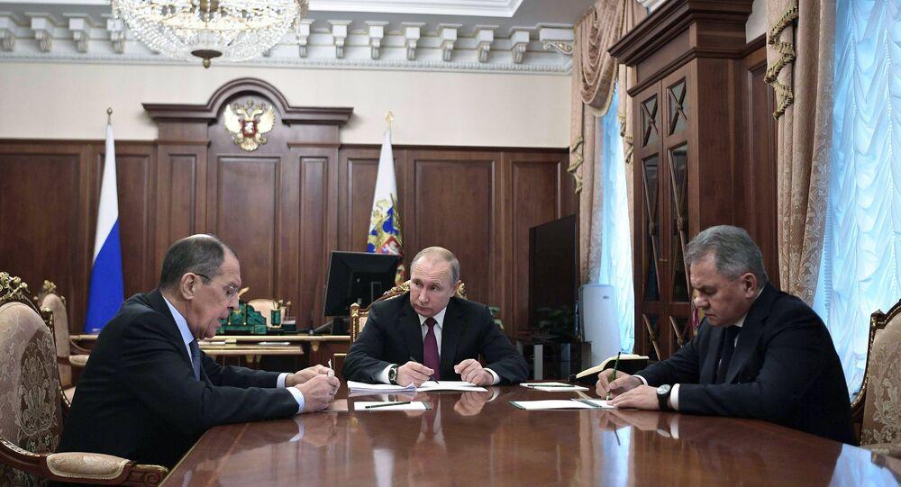 الرئيس الروسي بوتين خلال اجتماعه مع لافروف وشويغو