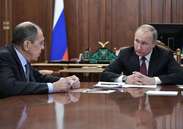 لافروف خلال لقاء مع الرئيس الروسي فلاديمير بوتين