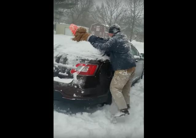 أمريكي يمسح سيارته بابنه