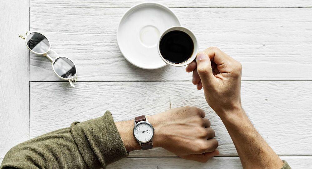 رجل يشرب القهوة