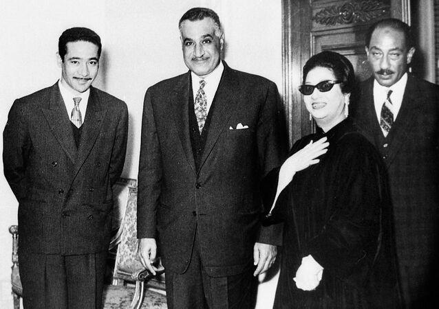 الرئيس المصري جمال عبد الناصر وخلفه أنور السادات (إلى اليمين) مع كوكب الشرق أم كلثوم والملحن المصري محمد الموجي في القاهرة أواخر الستينيات