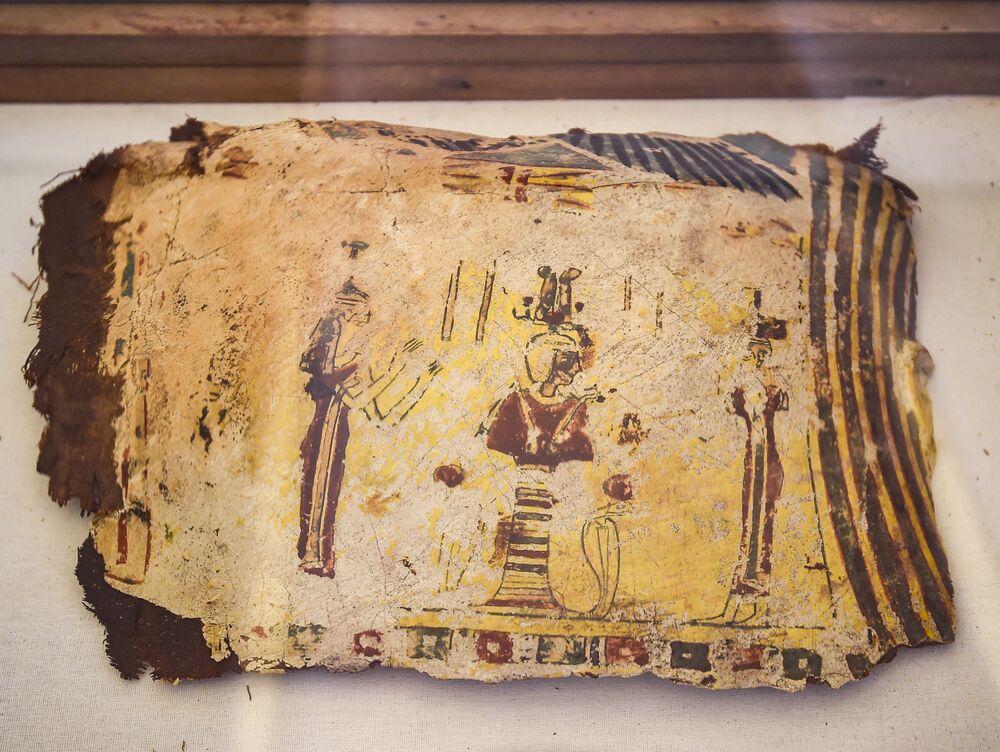بعض أجزاء القطعة الأثرية الموجودة في أراضي مقبرة قديمة في منطقة تونا الجبل بمحافظة المنيا في الجزء الأوسط من مصر، 2 فبراير/ شباط 2019