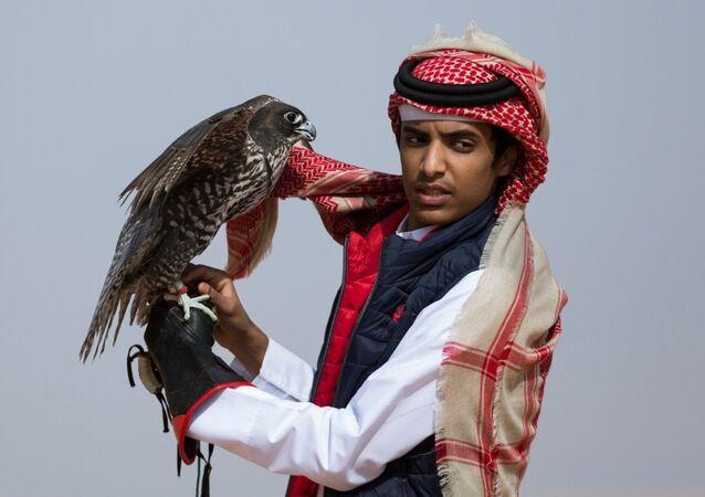أحد المشاركين في  مهرجان الملك عبدالعزيز للصقور بالسعودية