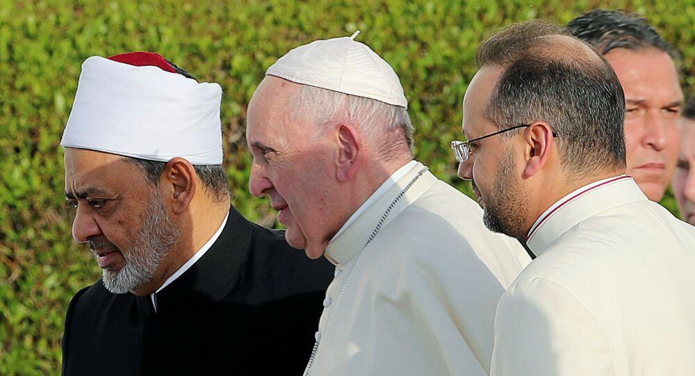 البابا فرنسيس يمشي مع الإمام الأكبر للأزهر شيخ أحمد الطيب في مسجد الشيخ زايد الكبير في أبو ظبي