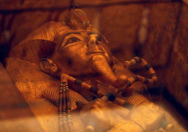 تابوت فرعوني للملك توت عنخ آمون في قبره المجدد حديثاً بوادي الملوك في الأقصر