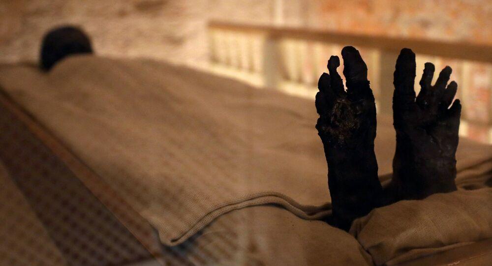 مومياء الفرعون الشاب الملك توت عنخ آمون معروضة في قبره المجدد حديثاً في وادي الملوك بالأقصر