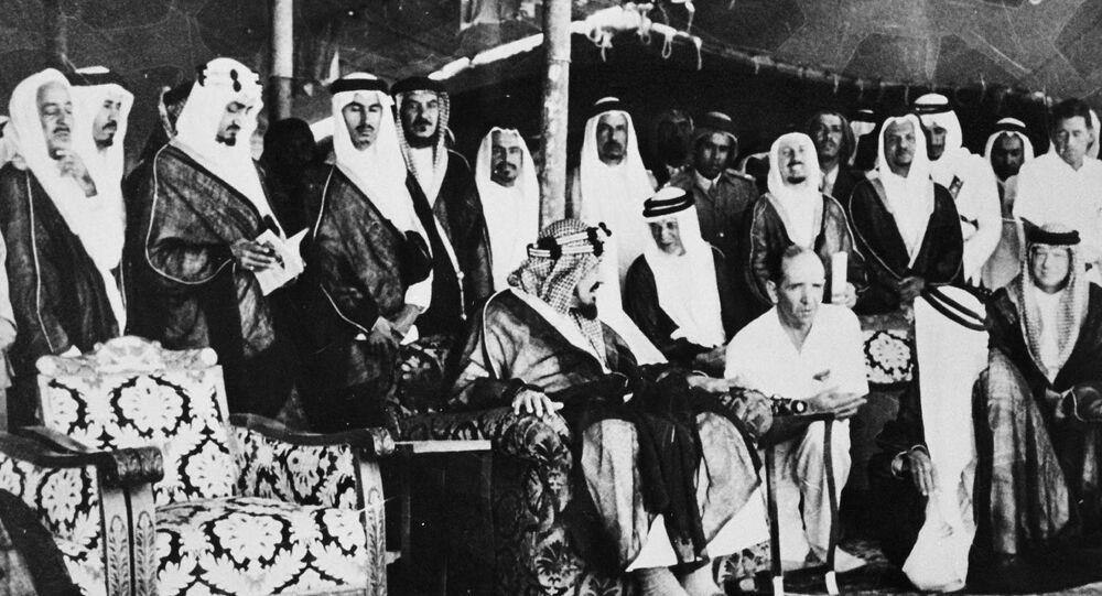 الملك السعودي خلال استقباله الوفد الأمريكي وشركة أرامكو عام 1951