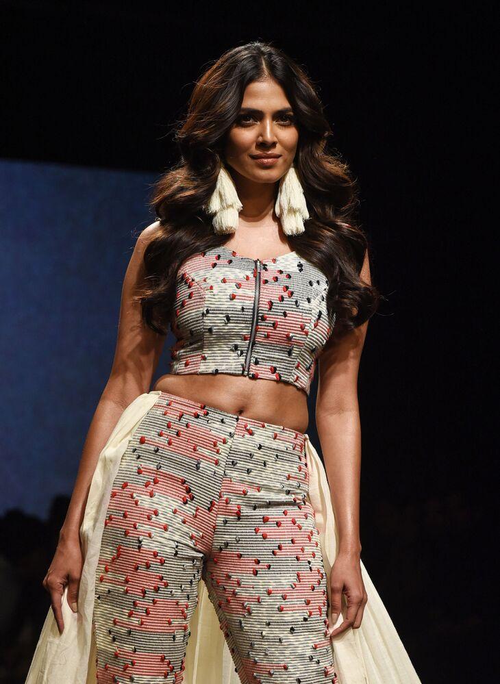ممثلة بوليوود الهندية مالافيكا موهانان (Malavika Mohanan) تقدم مجموعة أزياء منتجع الصيف 2019، من تصميم (Ereena) في إطار أسبوع الموضة في مومباي، الهند  31 يناير/ كانون الثاني 2019