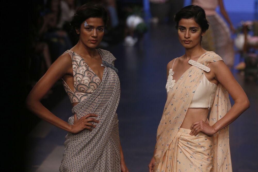 عارضة أزياء تقدم مجموعة أزياء منتجع الصيف 2019، من تصميم (Varun Bahl) في إطار أسبوع الموضة في مومباي، الهند  30 يناير/ كانون الثاني 2019
