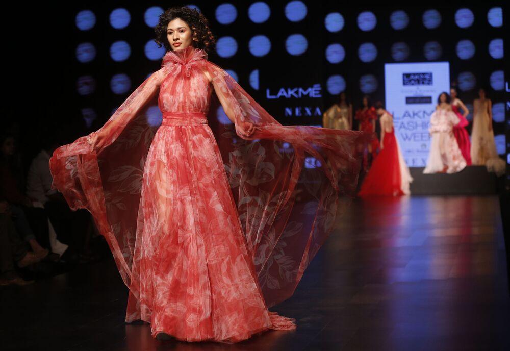 عارضة أزياء تقدم مجموعة أزياء منتجع الصيف 2019، من تصميم (Gauri and Nainika) في إطار أسبوع الموضة في مومباي، الهند  30 يناير/ كانون الثاني 2019