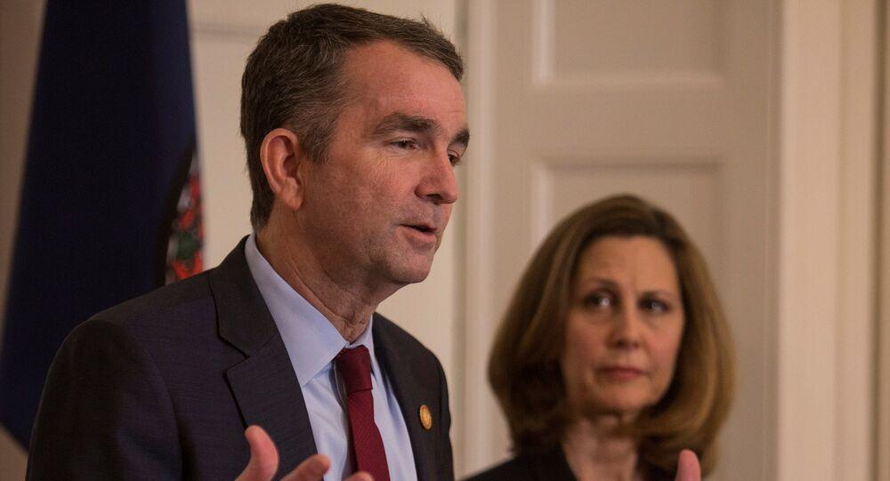 حاكم ولاية فرجينيا رالف نورثام وزوجته أثناء إعلانه أنه لن يستقيل