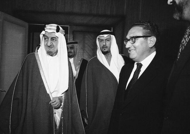 الملك فيصل والأمير فهد خلال لقاء هنري كيسنجر
