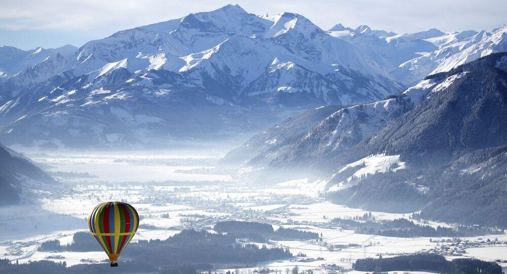 منطاد الهواء الساخن يشق طريقه فوق المنطقة الجبلية زيل أم سي، النمسا، 5 فبراير/ شباط 2019
