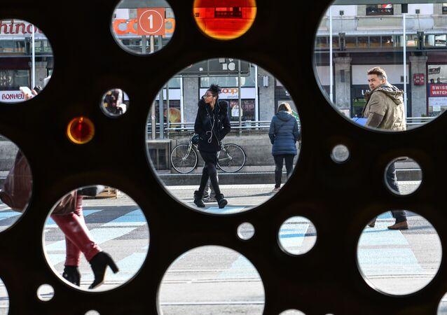 أشخاص يسيرون في أحد شوراع جنيف، سويسرا