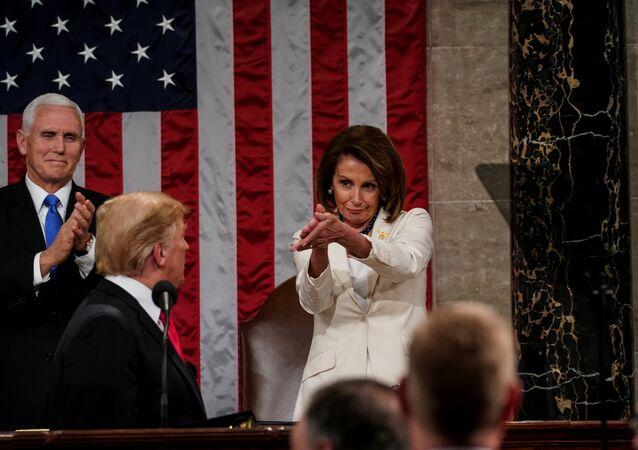 الرئيس الأمريكي دونالد ترامب وخلفه نائبه مايك بنس ورئيسة مجلس النواب الأمريكي نانسي بيلوسي