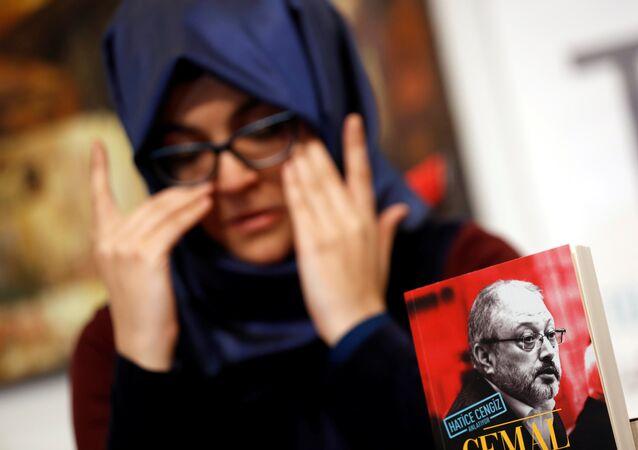 خديجة جنكيز تبكي في مؤتمر صحفي أقيم في اسطنبول بتركيا عن كتابها الجديد، 8 فبراير/شباط 2019