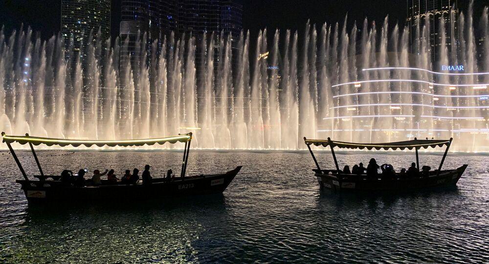 قوارب في بحيرة اصطناعية بمنطقة دبي مول في دبي