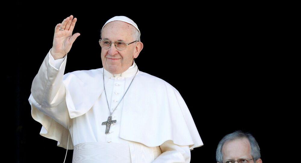 البابا فرنسيس يلوح من الشرفة الرئيسية لكاتدرائية القديس بطرس في الفاتيكان