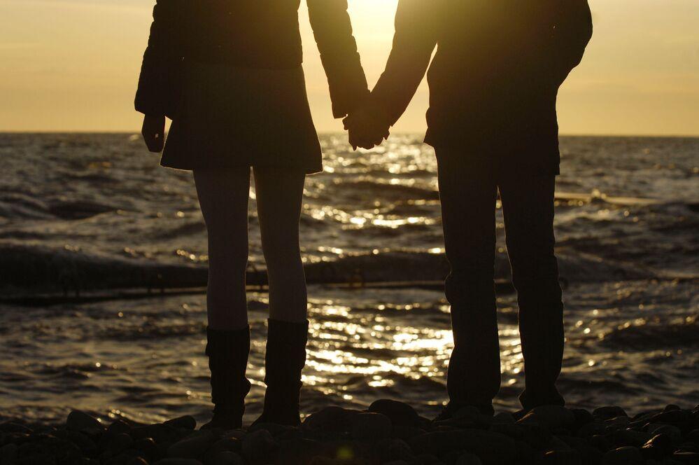 شخصان على شاطئ البحر الأسود في سوتشي