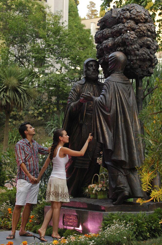 شخصان عند تمثال القديس بطرس و القديسة فبرونيا في سوتشي