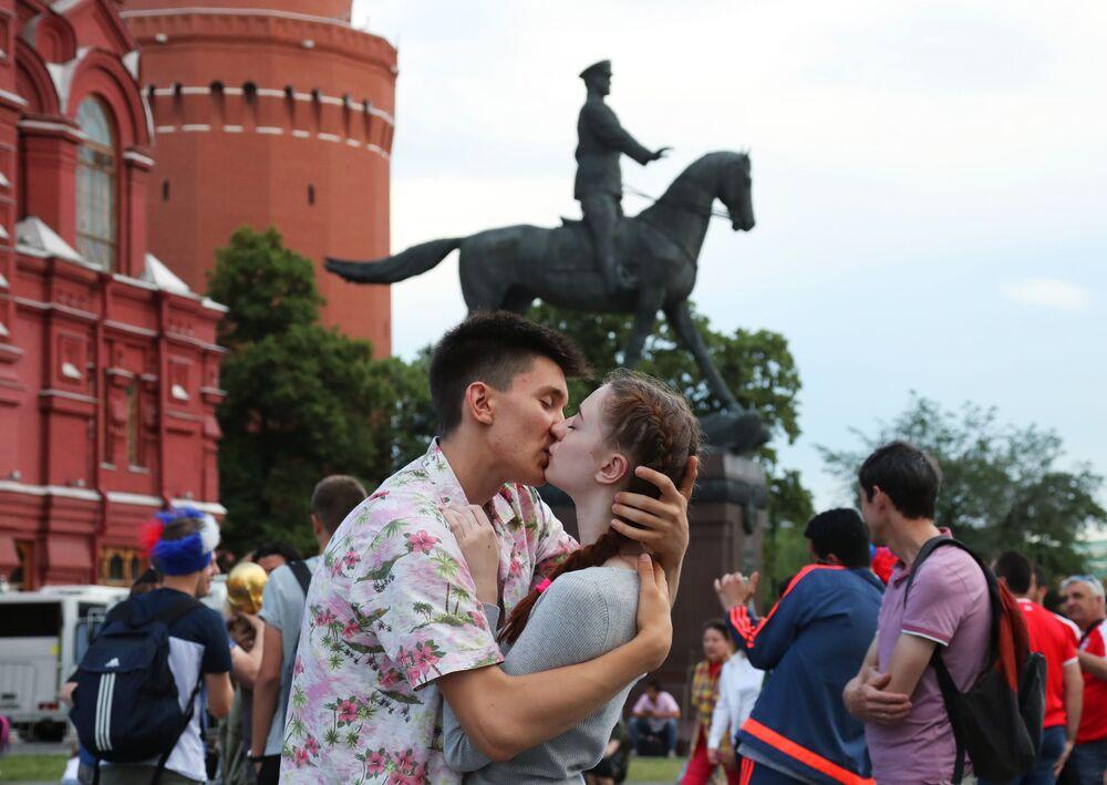 شخصان في ساحة مانيجنايا بلوشياد في موسكو