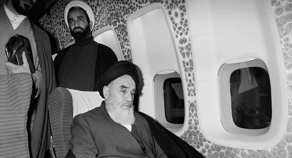 في 1 فبراير 1979 آية الله روح الله الخميني يجلس داخل الطائرة المستأجرة في باريس قبل العودة إلى إيران بعد 14 عاما من المنفى