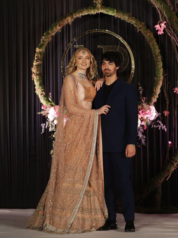 الممثلة صوفي ترنر (من مسلسل صراع العروش) وخطيبها جوي جوناس
