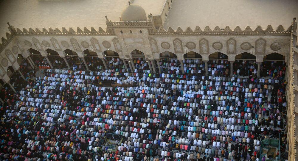 مصلون في جامع الأزهر الشريف في القاهرة