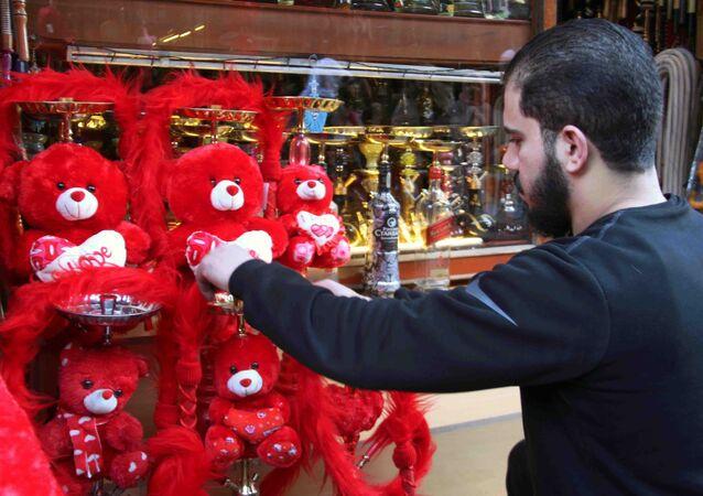 الحب والحرب في فالنتاين سوريا...عشاق يبتكرون ذرائع غياب للإفلات من الهدية
