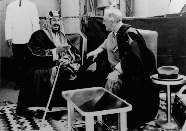 الرئيس الأمريكي فرانكلين دي روزفلت والملك السعودي عبد العزيز بن سعود يناقشان العلاقات على متن حاملة الطائرات كوينسي في البحيرات المرة شمال مدينة السويس بمصر