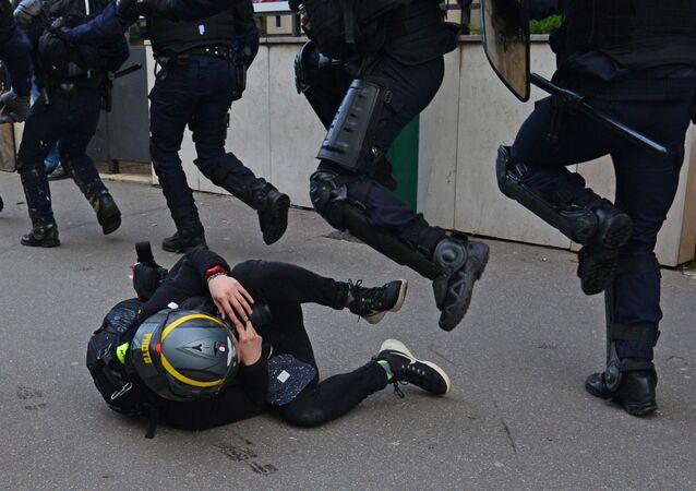 اشتباكات بين أعضاء الشرطة الفرنسية ومتظاهري مسيرة السترات الصفراء في باريس، التي تستمر منذ نوفمبر/ تشرين الثاني 2018