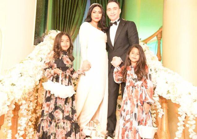 شيرين عبد الوهاب مع زوجها حسام حبيب في حفل زفافاهما مع ابنتيها