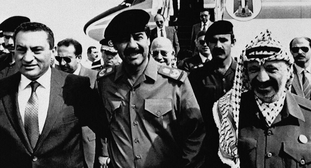 الرئيس العراقي السابق صدام حسين ورئيس منظمة التحرير الفلسطينية فتح والقائد الفلسطيني الراحل ياسر عرفات، والرئيس المصري السابق حسني مبارك في بغداد، العراق 24 أكتوبر/ تشرين الأول 1988