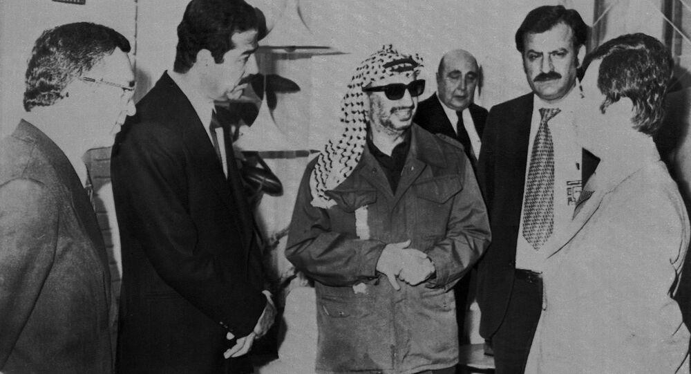 الرئيس العراقي السابق صدام حسين يحي القائد الفلسطيني الراحل ياسر عرفات، ورئيس منظمة التحرير الفلسطينية فتح، لدى وصوله بغداد، العراق 29 مارس/ آذار 1979