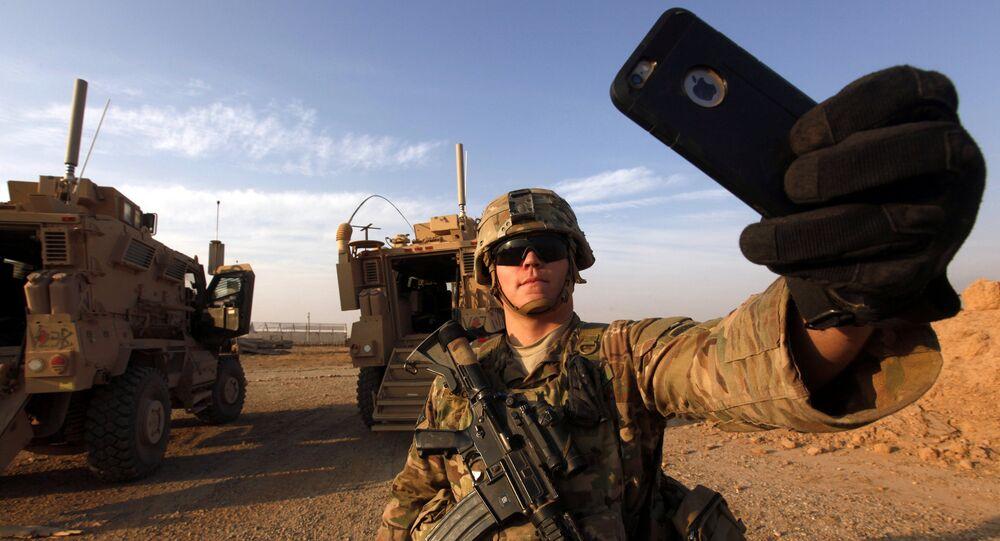 جندي أمريكي يلتقط سيلفي