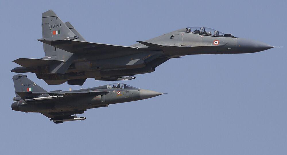 عرض جوي لطائرات سو-30 إم كا إي، من قبل فريق الطيران العسكري الهندي، المراسم الافتتاحية للمؤتمر والمعرض العسكري آيرو إنديا 2019 (Aero India 2019) في بنغالور، الهند 20 فبراير/ شباط 2019