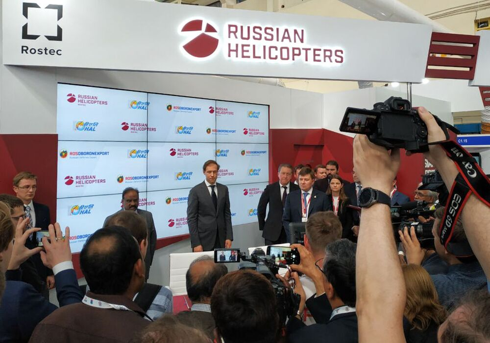 وزير الصناعة والتجارة الروسي دينيس مانتوروف، خلال مراسم توقيع اتفاقية بين الشركة فيرتاليوتي روسيي (مروحيات روسيا) الروسية وعدد من الشركات الهندية خلال المؤتمر والمعرض العسكري آيرو إنديا 2019 (Aero India 2019) في بنغالور، الهند 20 فبراير/ شباط 2019