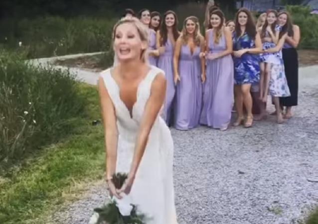 شاهد ماذا فعل هذا الشاب عندما التقطت حبيبته باقة العروس