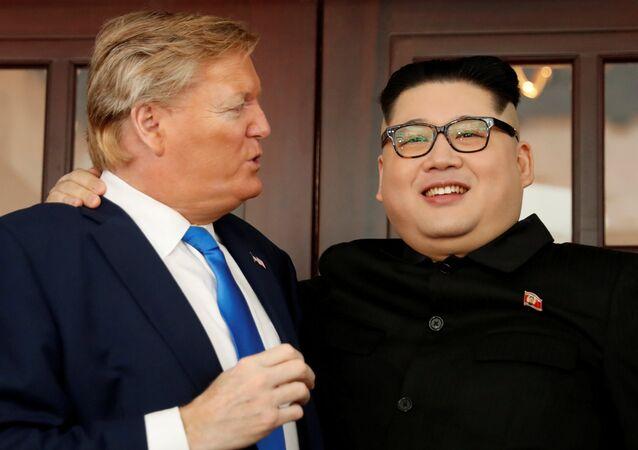هاورد إكس شبيه الرئيس الكوري كيم جون أون مع راسل وايت شبيه الرئيس الأمريكي دونالد ترامب