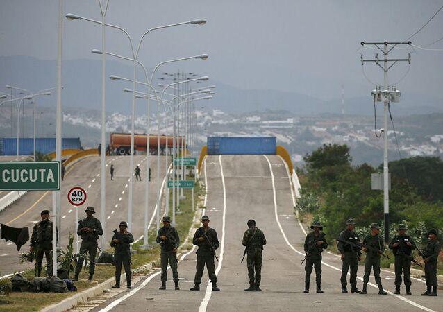 عسكريون فنزويليون على الحدود الفنزويلية الكولومبية